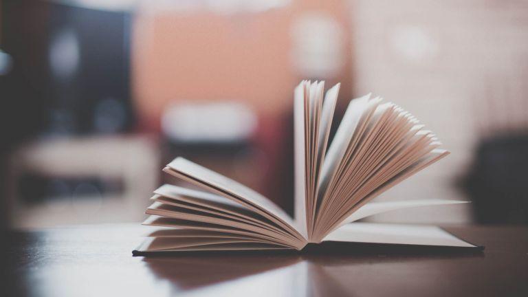 18 z najlepších knižných citátov o čítaní, ktoré vás inšpirujú k tomu, aby ste si vzali túto brožovanú knihu