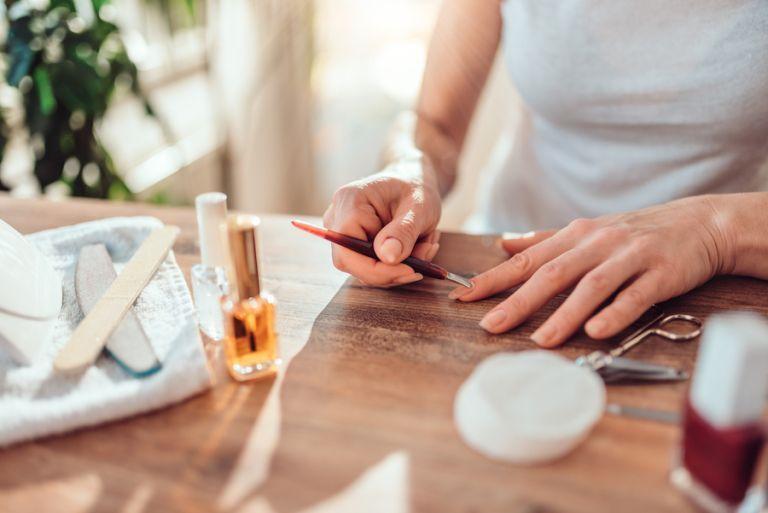 Ako bezpečne odstrániť gély bez poškodenia nechtov v štyroch jednoduchých krokoch